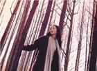 树林美女散步唯美意境动态图片