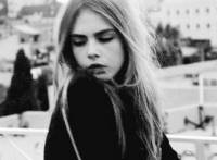 美女甩头发意境的动态图片