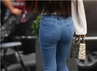 街拍,偶遇穿着紧身牛仔裤的气质女神,一字肩上衣美丽动人!