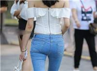 街拍:你们最爱看的紧身牛仔裤少女,一字肩束胸上衣小巧迷人,紧致美腰