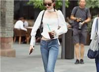 街拍:性感的一字肩连衣裙,纯白色的搭配更显仙气十足