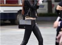 街拍:穿紧身皮裤的美女,凹凸曲线完美展现,喜欢这腿型