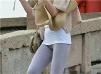 紧身裤美女尴尬凸露下部现深沟丑态.