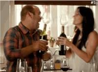 情侣喝葡萄酒动态图