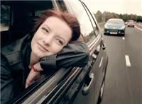 车上趴在窗户上的美女吹着风悠闲心情动态图