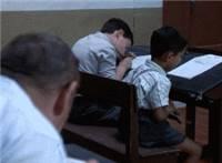 老大爷与小学生一起考试一起作弊的动态图