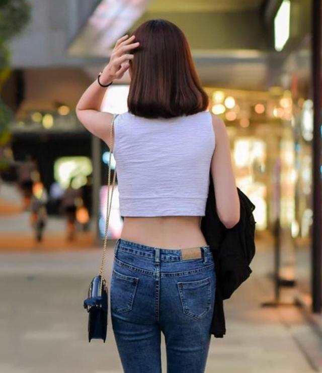 街拍:小姐姐白色一字肩搭配牛仔裤,身材性感迷人(点击浏览下一张趣图)